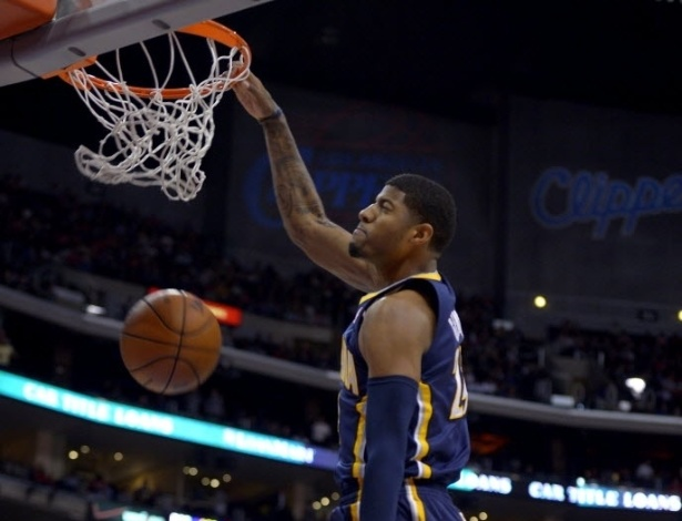 01.abr.2013 - O all-star Paul George enterra a bola na vitória de seu Indiana Pacers sobre o Los Angeles Clippers