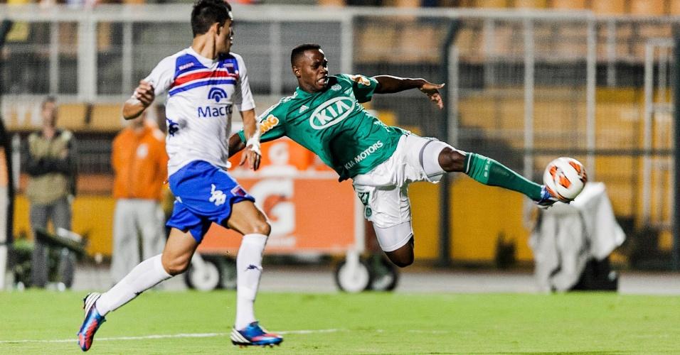 02.04.2013 - Patrick Vieira se estica para tentar o chute no ataque do Palmeiras