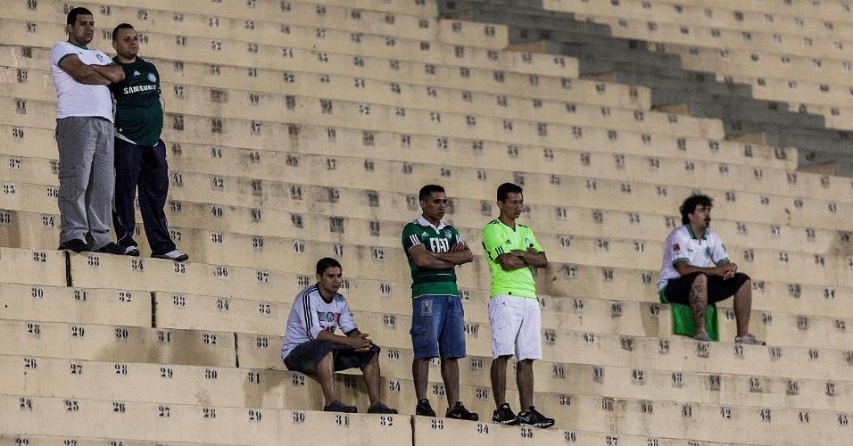 02.04.2013 - Torcedores do Palmeiras aguardam no Pacaembu o início da partida contra o Tigre pela Libertadores