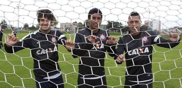 02.04.2013 - Alexandre Pato, Paulinho e Ralf, corintianos convocados por Luiz Felipe Scolari para a seleção, posam para foto no CT Joaquim Grava