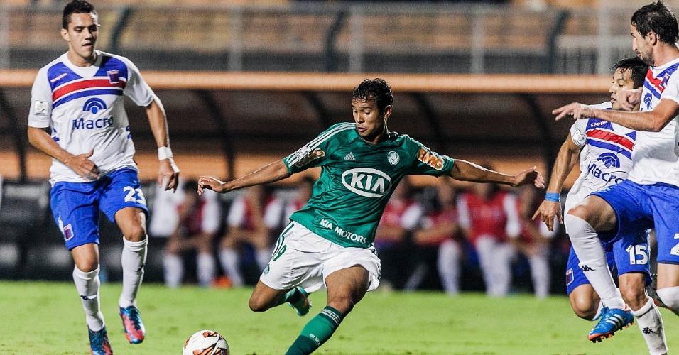 02.04.2013 - Atacante Vinicius, do Palmeiras, tenta o chute na partida contra o Tigre pela Libertadores