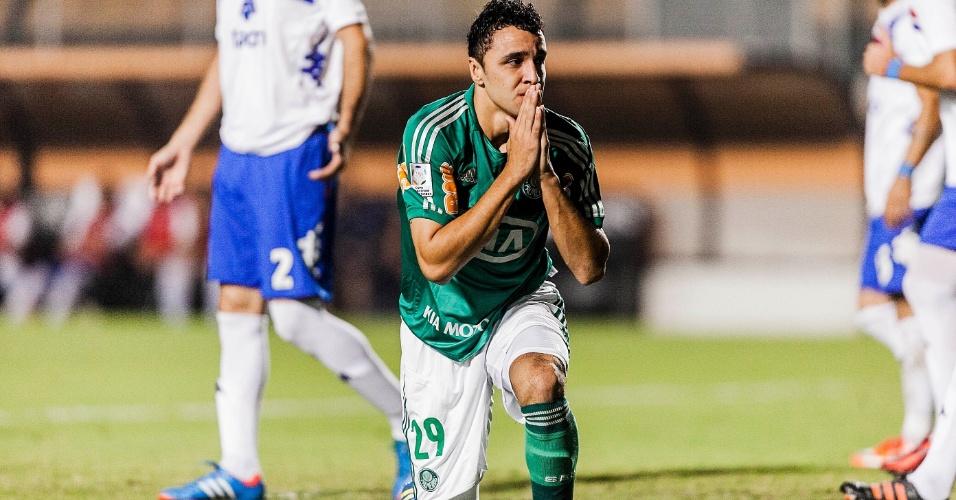 02.04.2013 - Caio lamenta chance de gol perdida do Palmeiras contra o Tigre