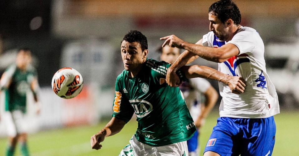 02.04.2013 - Jogadores do Palmeiras e do Tigre fizeram um duelo muito disputado no Pacaembu