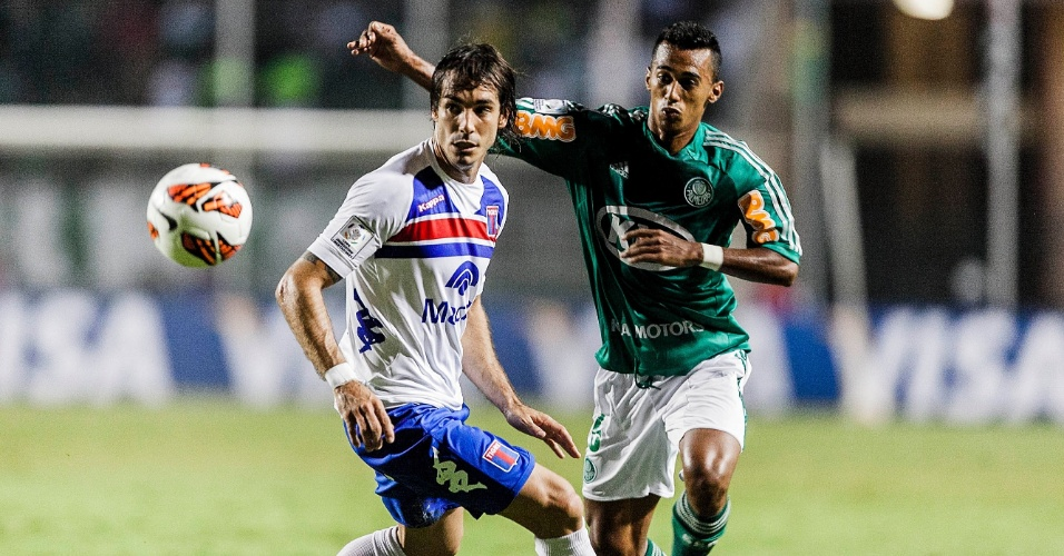 02.04.2013 - Juninho iniciou a partida como titular na lateral esquerda do Palmeiras