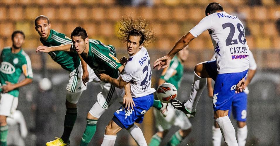02.04.2013 - Marcelo Oliveira (centro), tenta o cabeceio em vão na partida entre Palmeiras e Tigre