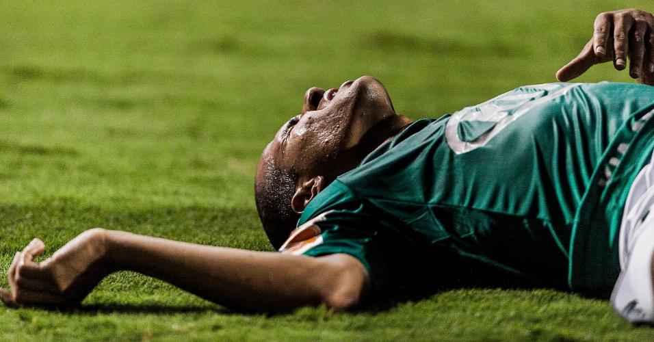 02.04.2013 - Palmeirense fica caído no chão durante o duelo contra o Tigre no Pacaembu