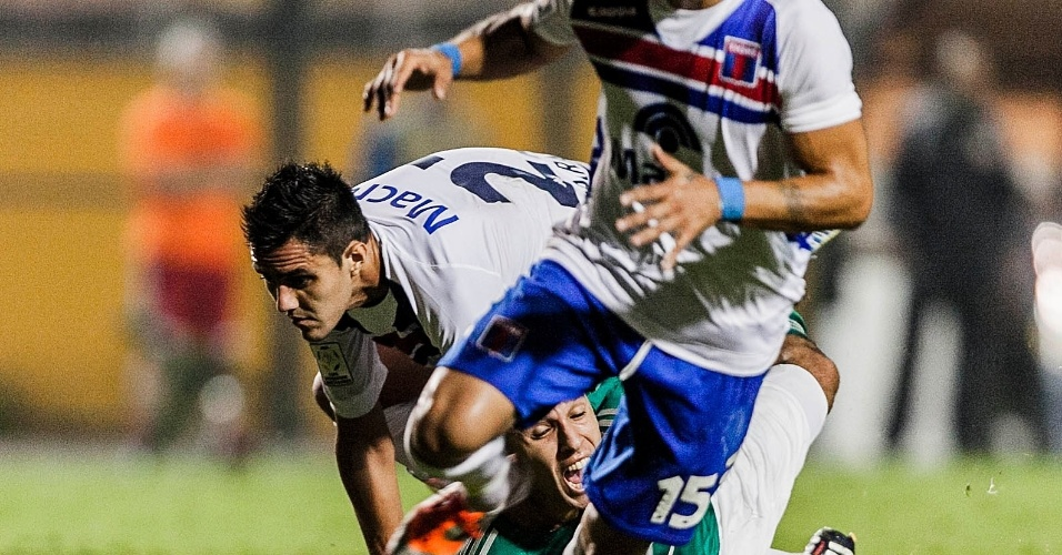02.04.2013 - Palmeirense fica no chão em disputa de bola com os jogadores do Tigre