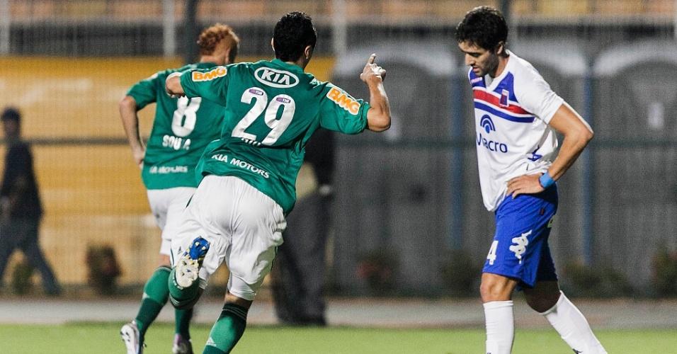 02.04.2013  Souza e Caio saem para comemorar gol do Palmeiras na partida contra o Tigre
