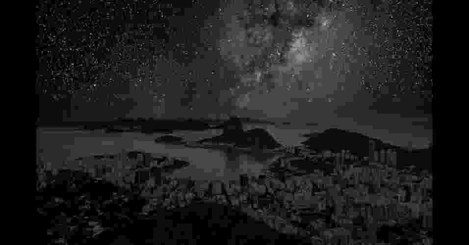 02.abr.2013 - Artista Thierry Cohen coloca estrelas no céu do Rio de Janeiro - Thierry Cohen