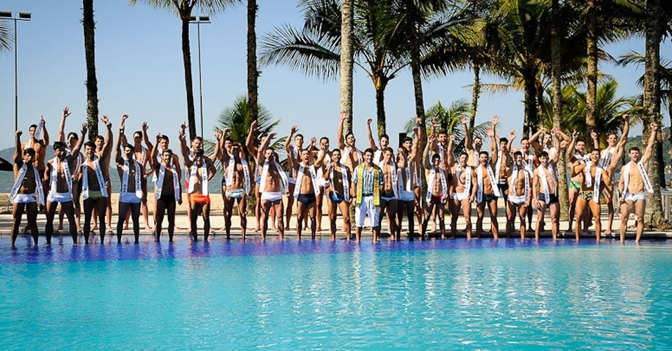 1º.abr.2013 - Candidatos a Mister Brasil 2013 posam para fotos na piscina do Portobello Resort e Safari, em Mangaratiba, na manhã de segunda-feira (1º)