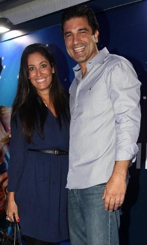 2.abr.2013 - Acompanhado da nova namorada, o chef de cozinha Edu Guedes prestigiou o espetáculo Corteo, do Cirque du Soleil, no Parque Villa-Lobos, em São Paulo