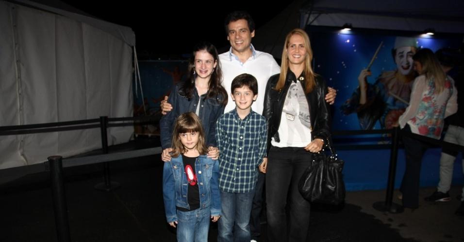 2.abr.2013 - Acompanhado dos filhos e da mulher, Suzana, o apresentador Celso Portiolli prestigiou o espetáculo Corteo, do Cirque du Soleil, no Parque Villa-Lobos, em São Paulo