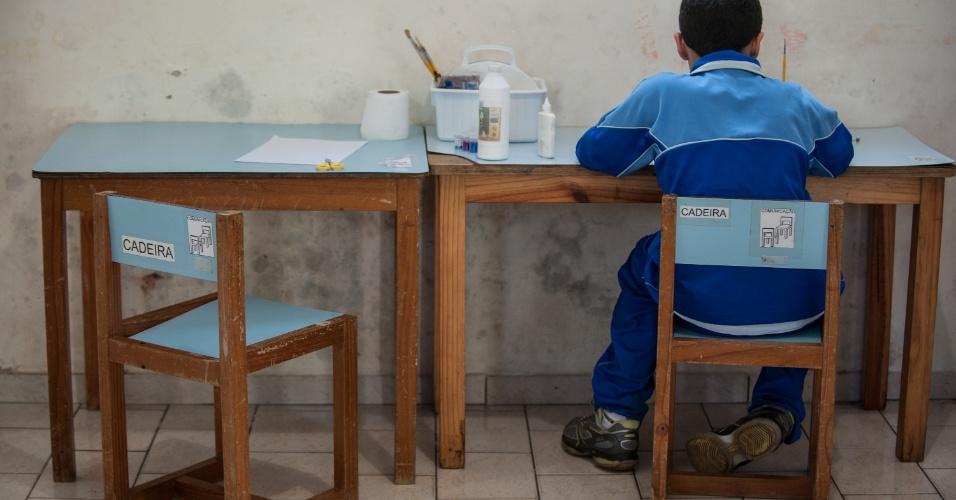 2.abr.2013 - Aluno da Associação dos Amigos da Criança Autista (Auma), na zona norte de São Paulo, realiza atividades pedagógica