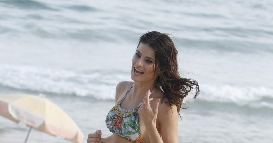 2.abr.2013 - Após fotografar para o ensaio, Isabeli aproveitou para se refrescar no mar da praia