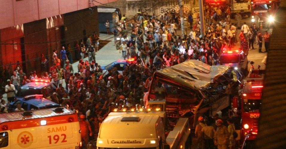 2.abr.2013 - Bombeiros removem do local do acidente o micro-ônibus que caiu de um viaduto na pista lateral da avenida Brasil, no Rio de Janeiro, na tarde desta terça-feira. O veículo ficou com as rodas para cima após o acidente. O Corpo de Bombeiros fez o resgate das vítimas