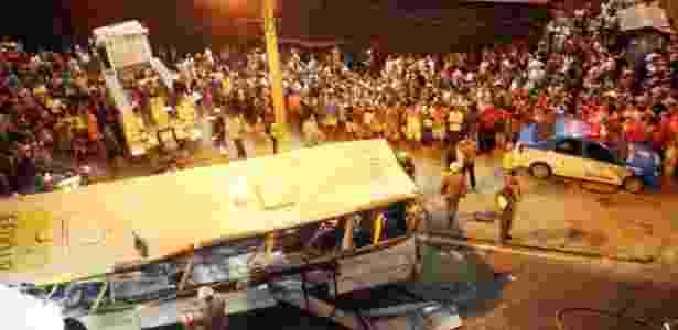Bombeiros desviram o micro-ônibus que caiu no Rio, matando ao menos sete pessoas e ferindo outras 15 - Zulmair Rocha/UOL