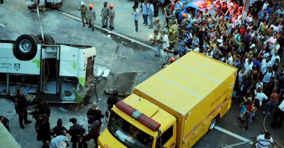 2.abr.2013 - Bombeiros resgatam vítima de queda de micro-ônibus que caiu do viaduto Brigadeiro Trompowski na pista lateral da avenida Brasil, no Rio de Janeiro, na tarde desta terça-feira, matando ao menos sete pessoas. Multidão já cerca a avenida. O trânsito está congestionado no local