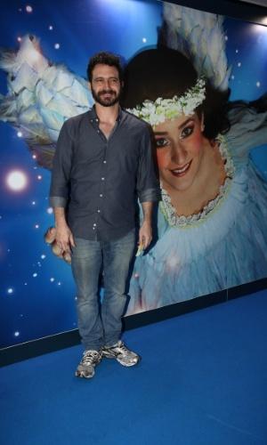 2.abr.2013 - O ator Caco Ciocler prestigiou o espetáculo Corteo, do Cirque du Soleil, no Parque Villa-Lobos, em São Paulo