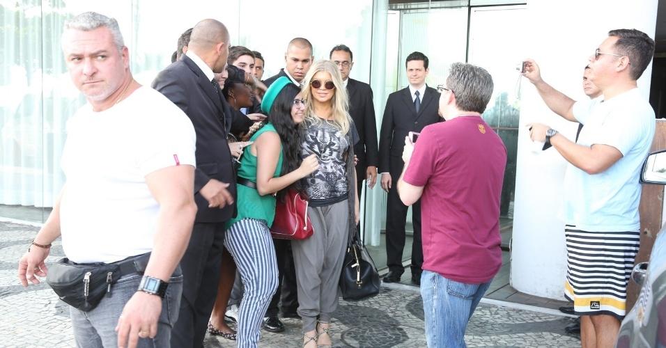 2.abr.2013 - Cantora Fergie é tietada por fãs ao chegar no hotel Fasano, em Ipanema, no Rio de Janeiro