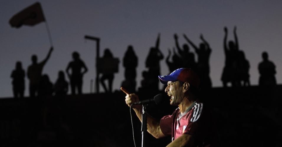 2.abr.2013 - Com a camisa da seleção venezuelana de futebol, Henrique Capriles faz seu discurso de abertura de campanha em Maturín, nordeste da Venezuela. Ele já havia concorrido à presidência em outubro do ano passado, quando foi derrotado por Hugo Chávez. Após a morte do presidente, Capriles decidiu disputar as eleições novamente mas vê o candidato apoiado por Chávez, Nicolás Maduro, na frente nas pesquisas de intenção de voto
