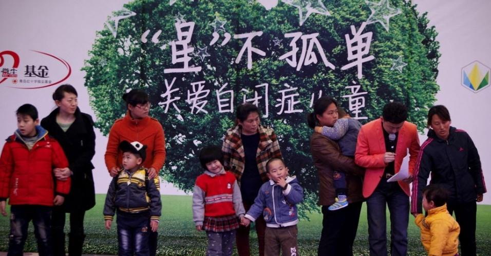 2.abr.2013 - Crianças autistas chinesas e seus familiares participam de cerimônia no Dia Mundial de Conscientização sobre o Autismo em Qingdao. Estima-se que 1,6 milhões de crianças sofram com o transtorno no país