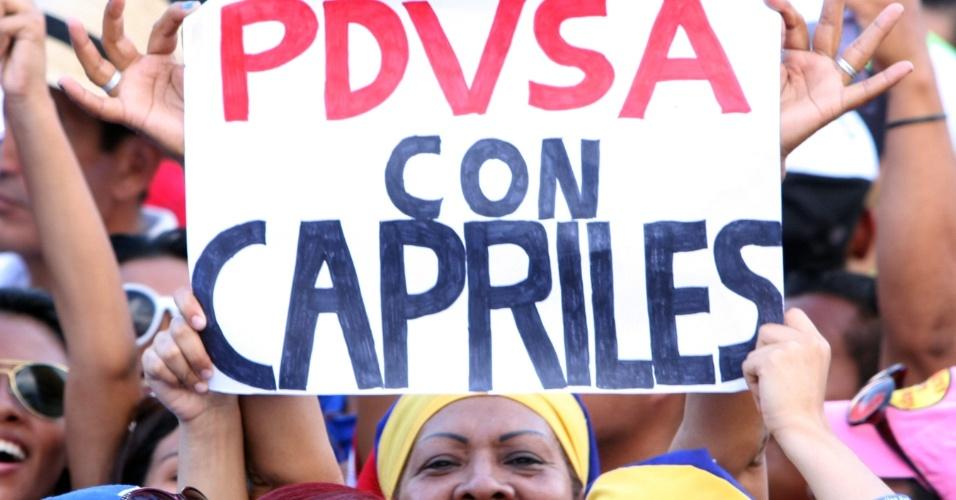 2.abr.2013 - Eleitora de Henrique Capriles assiste ao ato de abertura da campanha do candidato, realizado na cidade de Maturín, no nordeste venezuelano, nesta terça-feira (2). Capriles assegurou em seu discurso que vai superar a desvantagem de cerca de 20 pontos percentuais que tem sobre o candidato governista Nicolás Maduro e vencer a eleição