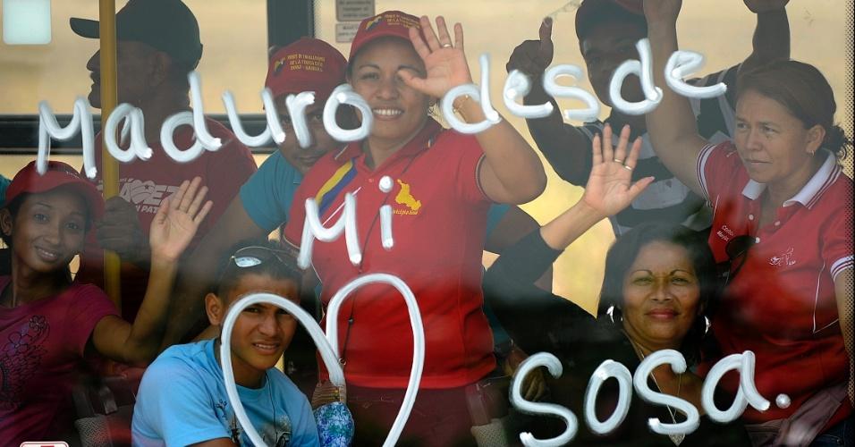 2.abr.2013 - Eleitores do presidente interino da Venezuela e candidato na próxima eleição Nicolás Maduro, manifestam apoio ao líder de dentro de um ônibus em Barinas, cidade do oeste venezuelano. Maduro lidera as pesquisas para as eleições do próximo dia 14