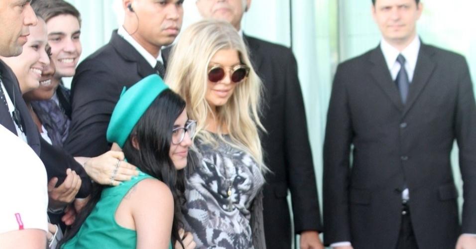 2.abr.2013 - Fergie é tietada por fãs ao chegar no hotel Fasano, em Ipanema, no Rio de Janeiro