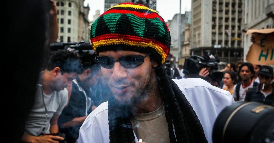 2.abr.2013 - Homem fuma cigarro que recebeu durante a Marcha da Maconha, que foi realizada nesta terça-feira (2) no viaduto do Chá, centro de São Paulo