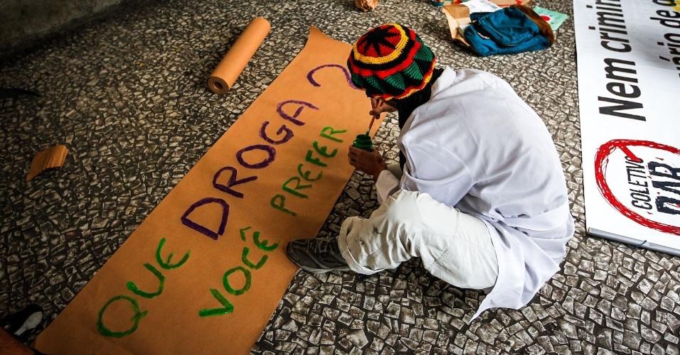 2.abr.2013 - Homem prepara faixa para a Marcha da Maconha, realizada nesta terça-feira (2), no viaduto do Chá, no centro de São Paulo. A passeata reuniu cerca de 150 pessoas, segundo a Polícia Militar
