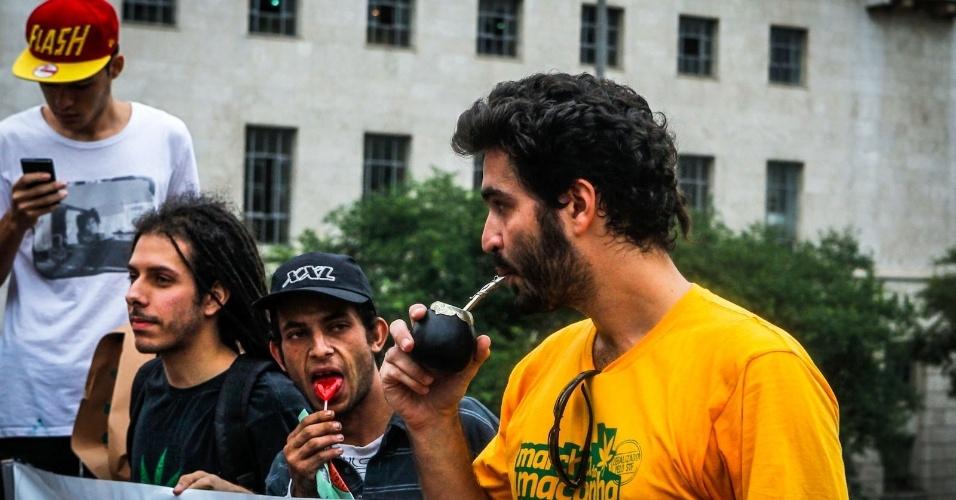 2.abr.2013 - No viaduto do Chá, em São Paulo, a Marcha da Maconha distribuiu simbolicamente cigarros, bebidas com cafeína como o tereré (foto), bebidas alcoólicas e produtos com açúcar. Os itens são considerados