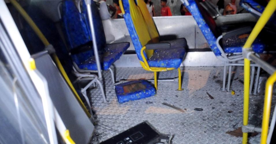 2.abr.2013 - Interior do micro-ônibus que caiu de um viaduto nesta terça-feira (2), no Rio de Janeiro. O veículo ficou com as rodas para cima após o acidente. O Corpo de Bombeiros fez o resgate das vítimas