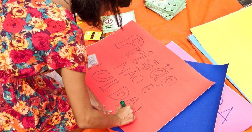 2.abr.2013 - Jovem faz cartaz durante a Marcha da Maconha, no Aterro do Flamengo, Rio de Janeiro, que aconteceu na tarde desta terça-feira (2). A marcha pede a legalização da droga no país e é contrária às internações forçadas de usuários de drogas