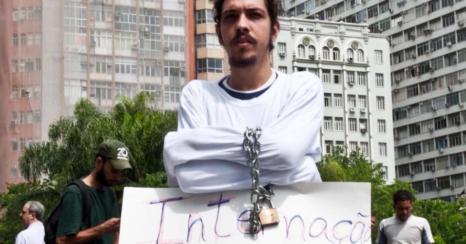 2.abr.2013 - Jovem usa camisa de força durante a Marcha da Maconha, na Cúpula dos Povos, no Aterro do Flamengo, Rio de Janeiro. A marcha pede a legalização da droga no país e é contrária à internação forçada de usuários de drogas