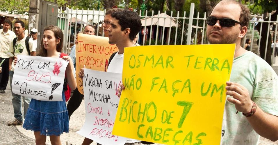 2.abr.2013 - Jovens protestam durante a Marcha da Maconha, na Cúpula dos Povos, no Aterro do Flamengo, Rio de Janeiro. A marcha pede a legalização da droga no país e é contrária à internação forçada de usuários de drogas