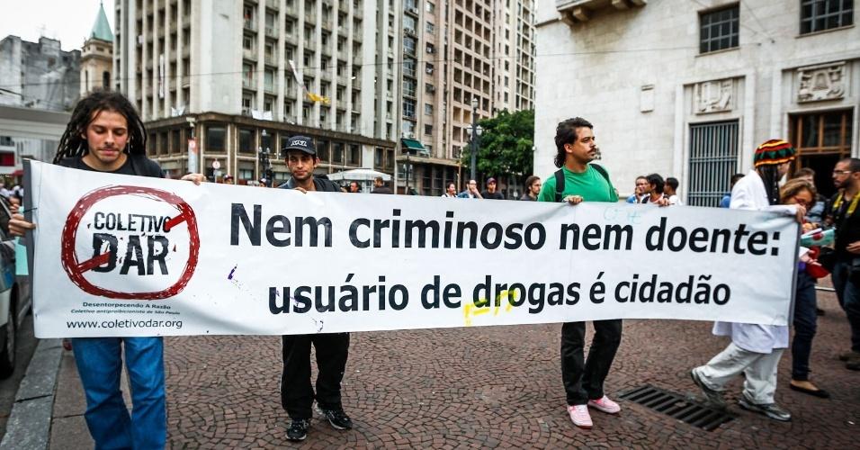 2.abr.2013 - Manifestantes protestaram pela liberação do uso da droga e pelo fim da internação involuntária no viaduto do Chá, no centro de São Paulo