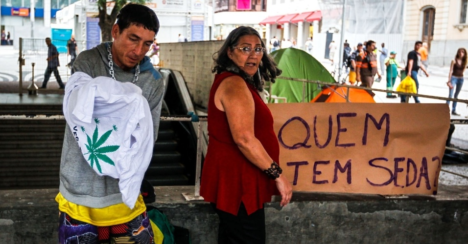 2.abr.2013 - Manifestantes se preparam para a Marcha da Maconha na região do viaduto do Chá, no centro de São Paulo