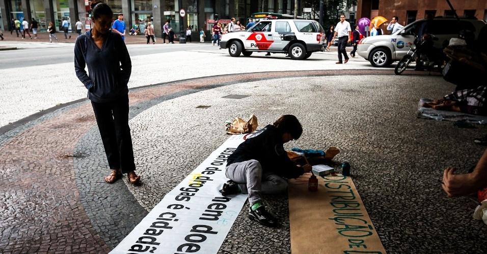 2.abr.2013 - Manifestantes se preparam para protestar na região do viaduto do Chá, no centro de São Paulo