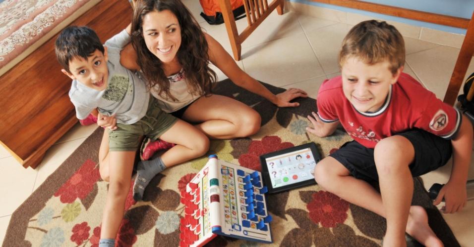 2.abr.2013 - Marie Dorion usa o iPad para se comunicar com os dois filhos autistas, Pedro (camiseta vermelha) de 9 anos, e Luis, de 7 anos. Eles começaram a usar o tablet quando moravam nos Estados Unidos. De volta ao Brasil, a família continua se beneficiando da tecnologia para vencer os desafios impostos pela doença