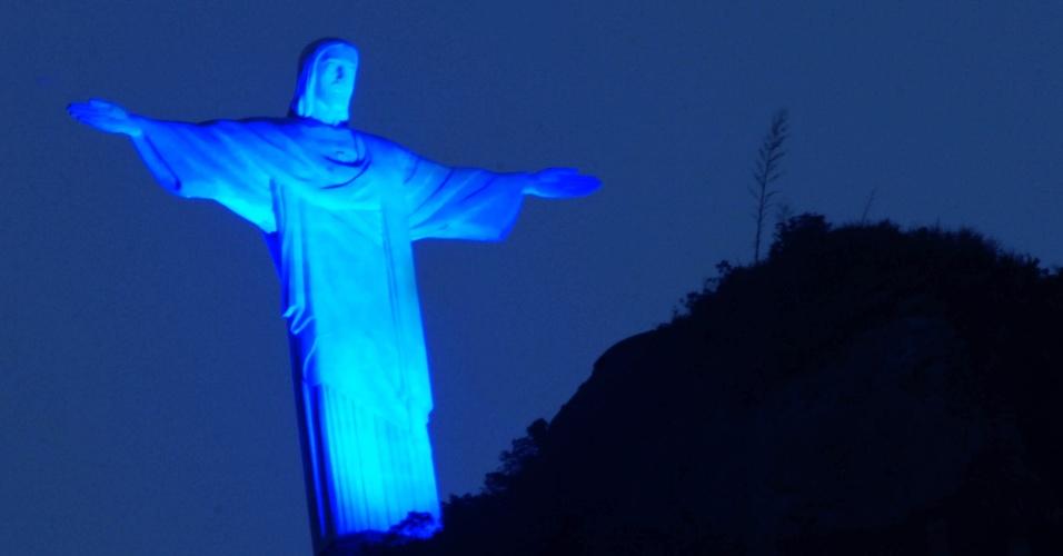 2.abr.2013 - O Cristo Redentor, no Rio de Janeiro, foi iluminado de azul na noite desta terça-feira (2) para marcar o Dia Mundial de Conscientização sobre o Autismo