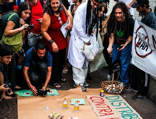 2.abr.2013 - Depois de ter anunciado que distribuiria drogas durante o protesto, o grupo entregou cigarros, bebidas com cafeína e alcoólicas, além de produtos com açúcar às pessoas que passavam pelo viaduto do Chá, no centro de São Paulo. Os itens são considerados nocivos pelos manifestantes, que protestaram na tarde desta terça-feira (2) no viaduto do Chá, no centro de São Paulo