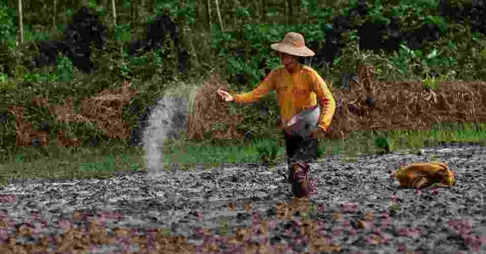 """2.abr.2013 - Abril - O lixo gerado pela indústria de fertilizantes contaminou diversas regiões da China, acusa novo relatório do Greenpeace. Segundo a organização, o fosfato de gesso, subproduto de fertilizantes fosfatados, contém substâncias altamente nocivas, como arsênico, mercúrio e outros metais pesados, e o país """"já acumulou, ao menos, 300 milhões de toneladas de fosfogesso, ou seja, 200 quilos por habitante"""" - Liu Feiyue/Greenpeace"""