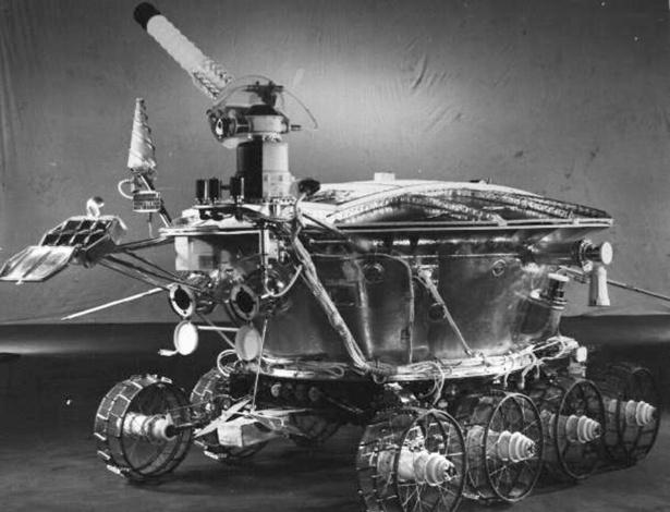 2.abr.2013 - O Lunokhod 1 pode ter um visual parecido ao de uma banheira sobre rodinhas, mas ele tem o mérito de ser o primeiro jipe-robô a percorrer a Lua com sucesso, em 17 de novembro de 1970. Controlado remotamente por cientistas na União Soviética, ele funcionava a base de energia solar de dia e estacionava à noite para descansar. Em dez meses de experiência, o Lunokhod 1 bateu a impressionante marca de 10 quilômetros - o Opportunity levou seis anos para andar cerca de 12 quilômetros em Marte, e o Curiosity percorreu um pouco mais de 500 metros em seis meses no planeta vermelho. Mesmo não tendo ficado tão famoso entre o grande público - a chegada do homem à Lua, um ano antes, ofuscou o programa espacial russo -, ele tem um grande valor histórico e científico após obter importantes dados e imagens do solo e da topografia lunar