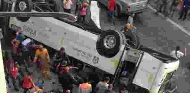 O ônibus caiu do viaduto Brigadeiro Trompowski na pista lateral da avenida Brasil - Marcus Vinicius/Agência O Dia/Estadão Conteúdo