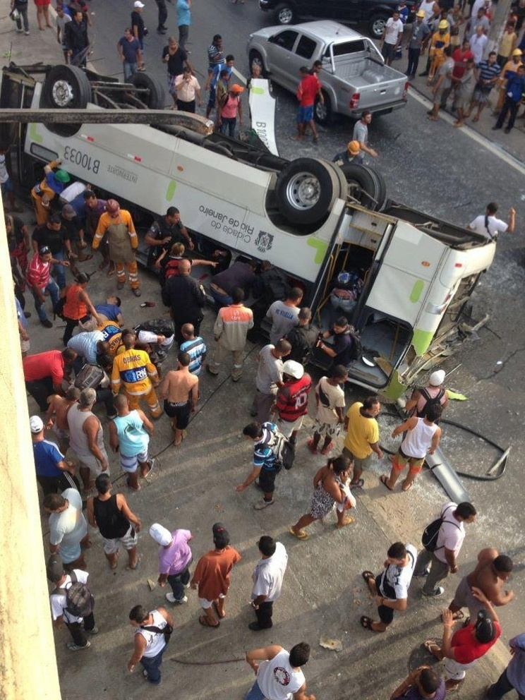2.abr.2013 - Um micro-ônibus caiu do viaduto Brigadeiro Trompowski na pista lateral da avenida Brasil, no Rio de Janeiro, na tarde desta terça-feira, matando sete pessoas. O Corpo de Bombeiros está no local resgatando as vítimas. Multidão já cerca a avenida. O trânsito está congestionado no local