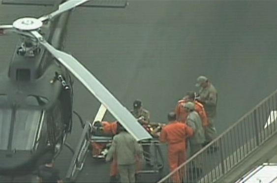 2.abr.2013 - Um ônibus caiu do viaduto Brigadeiro Trompowski na pista lateral da avenida Brasil, no Rio de Janeiro, na tarde desta terça-feira (2). O Corpo de Bombeiros está no local