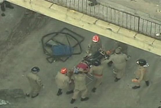 2.abr.2013 - Um ônibus caiu do viaduto Brigadeiro Trompowski na pista lateral da avenida Brasil, no Rio de Janeiro, na tarde desta terça-feira (2). O Corpo de Bombeiros está no local resgatando as vítimas