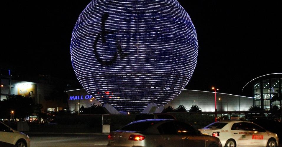 2.abr.2013 - Veículos passam perto de instalação iluminada de azul em alusão ao Dia Mundial de Conscientização sobre o Autismo em Manila, nas Filipinas