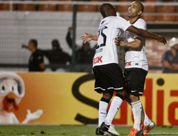 Adilson abraça Emerson Sheik após gol do camisa 11 contra a Ponte Preta, pelo Brasileirão de 2012