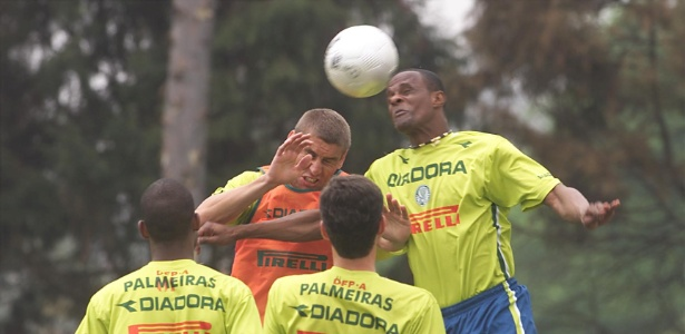 Atacante Edmilson (d) cabeceia a bola durante um treino do Palmeiras; agora no Vasco